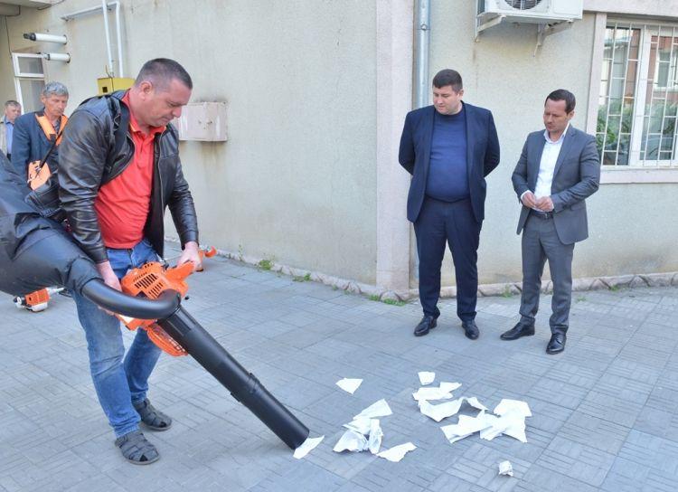 """""""Scapam de maturi si coase ruginite."""" Ruslan Codreanu se lauda cu aspiratoare si motocositoare noi pentru curatarea strazilor din capitala. Cum arata tehnica pe care municipalitatea a cheltuit 270 mii lei din bugetul Primariei - GALERIE FOTO"""