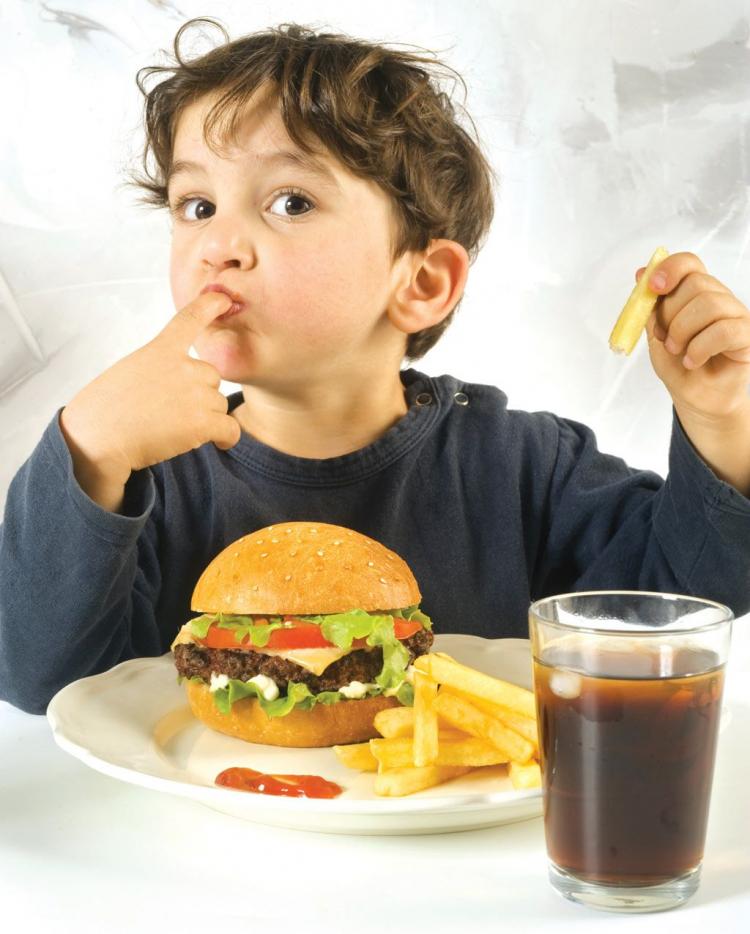 Obezitatea la copii: cauze şi reguli pentru prevenirea îngrăşării copiilor
